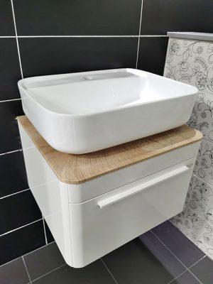 Bijela sanitarija i drveni uzorak